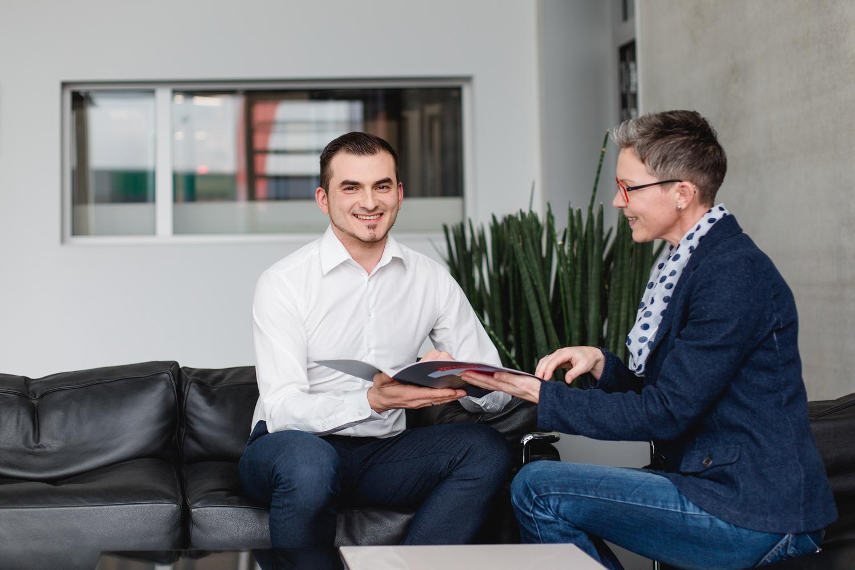 Ein Mann und eine Frau in einer Besprechungssituation fotografiert in einem Unternehmen