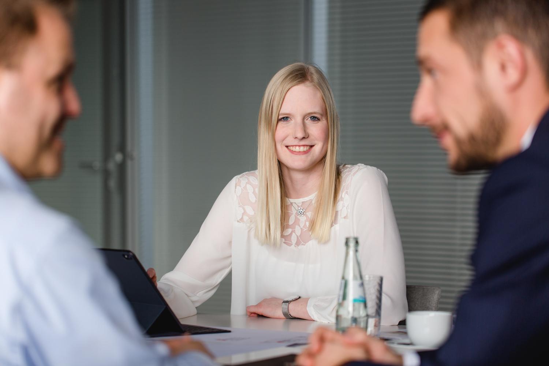 Business Meeting in einer Gesprächssituation fotografiert im Unternehmen