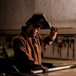 Industriefotografie ein Schlosser bei der Arbeit des Metall zurecht legen