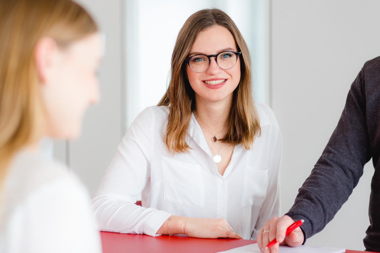 Unternehmensfotografie Frau in einer Besprechungssituation