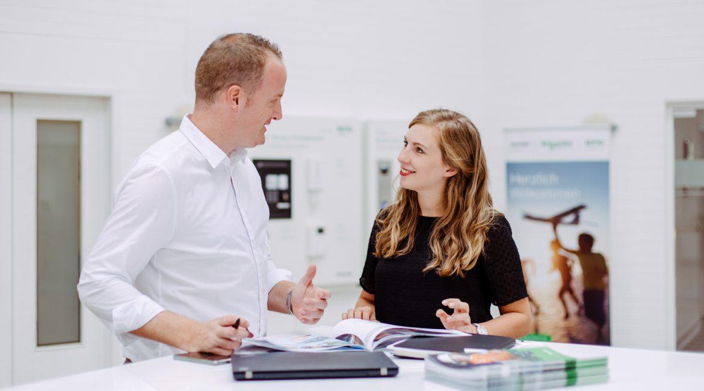Unternehmensfotografie_ein_mann_und_eine_frau_in_einer_Gesprächsituationen_im_Unternehmen