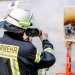ein Feuerwehr Mann bei einer Übungseinheit mit Feuer
