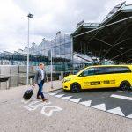 Unternehmensfotografie Mann wird am Flughafen mit einem Taxi abgeholt