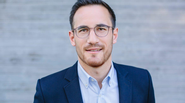 Businessportrait von einem Mann mit Brille