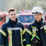Zwei Feuerwehrmänner bei der Feuerwehrübung