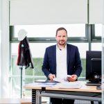 ein Bauleiter in seinem Büro fotografiert beim arbeiten