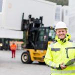 Bauleiter überwacht die Verladung eines Containers auf dem Lager eines Container Unternehmens
