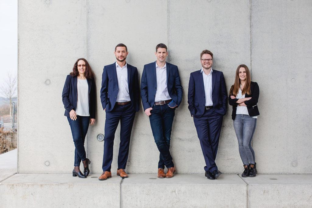 Personalteam mit fünf Personen auf einem Gruppenbiild