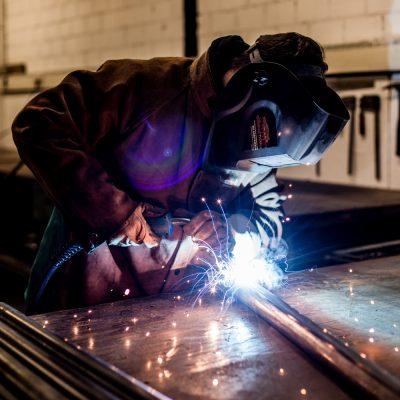 Industriefotografie ein Schlosser bei der Arbeit des Schweißens