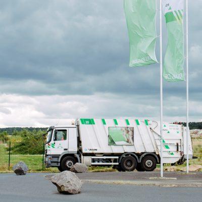 Fotografie Öffentlicherdienst Müllfahrzeug in der auffahrt der Deponie