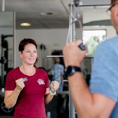 Fotografie Gesundheitswesen Fintesstrainerin im Portrait mit einem Partner beim Training