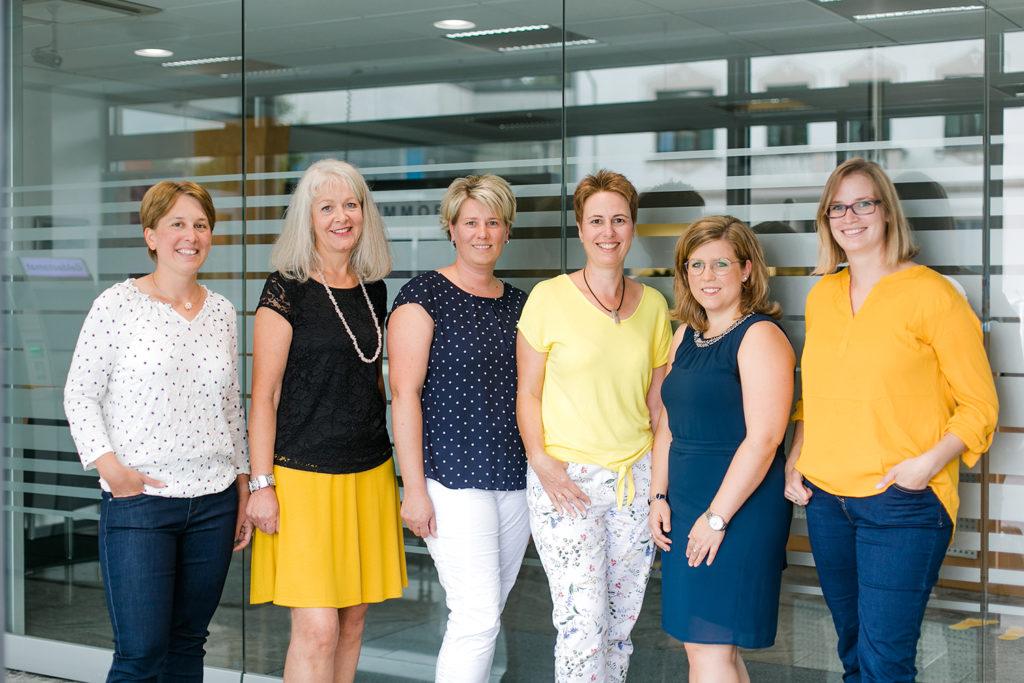 fünf Mitarbeiterinnen der Volksbank Oberberg auf einem Gruppenfoto