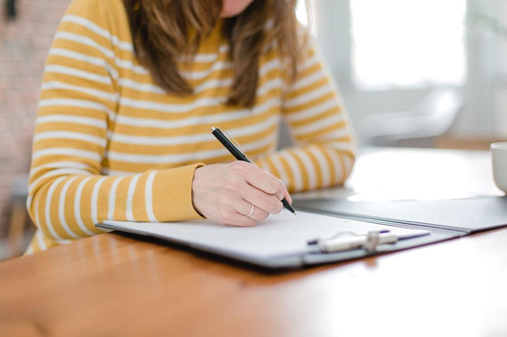 Susanne Büscher beim Notizen schreiben als Detailaufnahme
