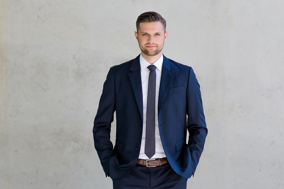 Mitarbeiter Portrait vor Grau Volksbank Oberberg