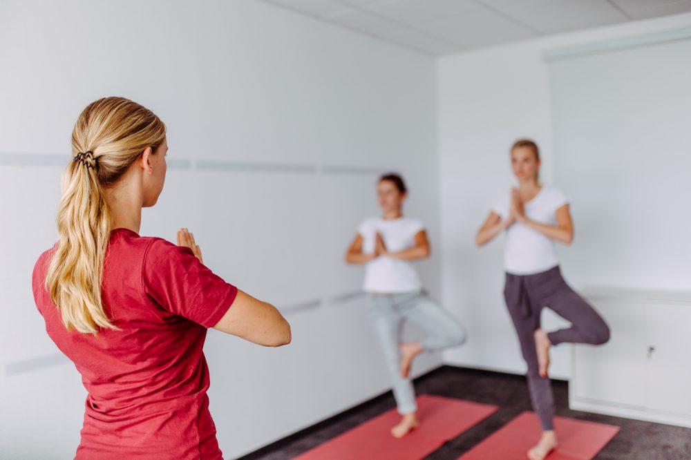 Yoga Kurs im Unternehmen in einem Besprechungsraum