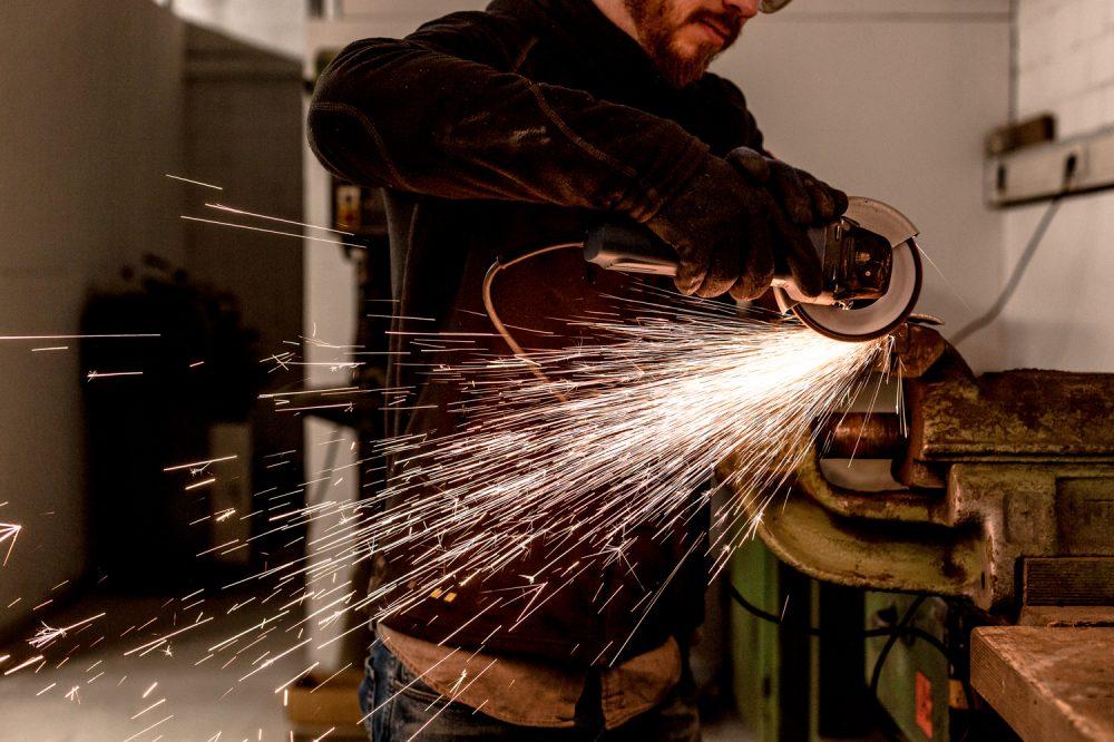 Metallwerkstatt Industriefotografie Flexen an Metall funken sprühen