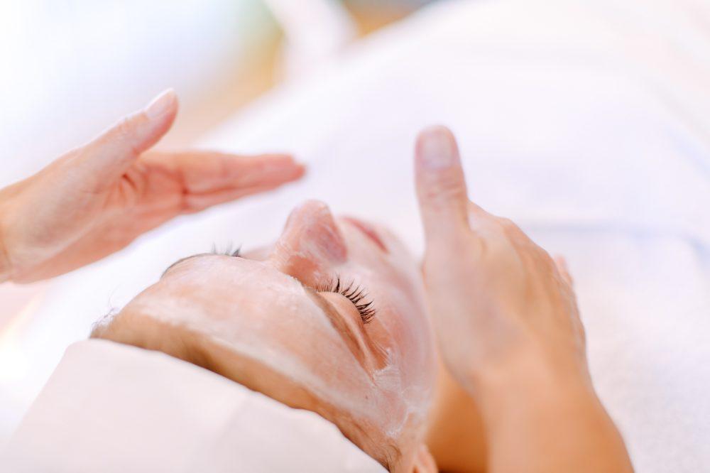 Gesichtsmaske bei einer Beauty Behandlung