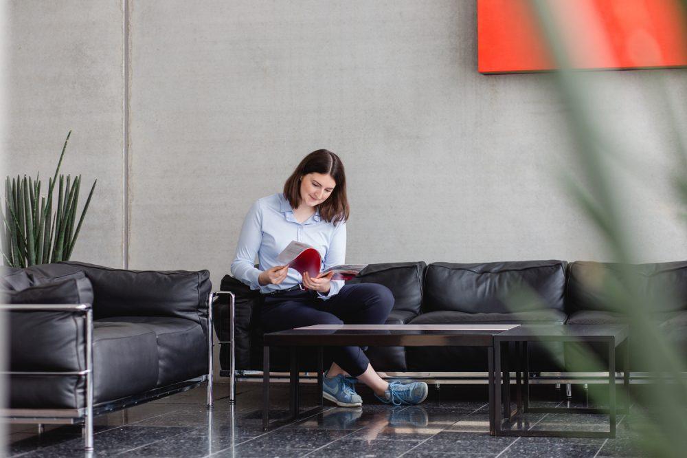 Unternehmensfotografie Frau in einer Eingangshalle im Wartebereich