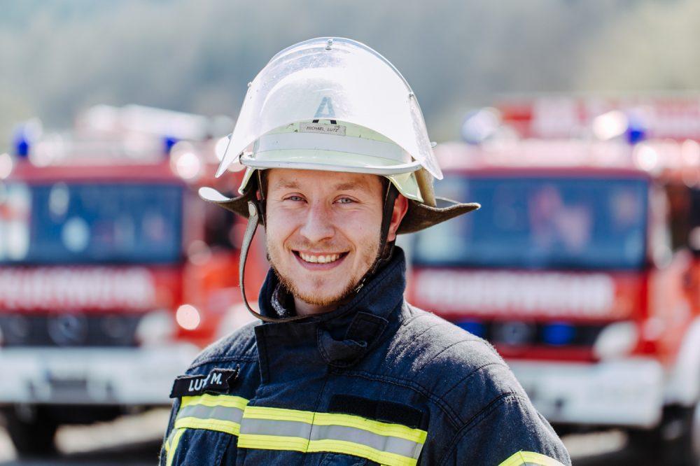 Feuerwehrmann im Portrait mit Feuerwehrhelm