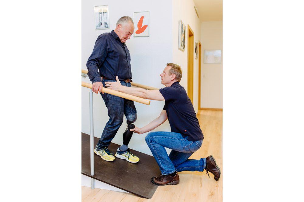 Ein Orthopäde passt eine Prothese bei einem Patienten an