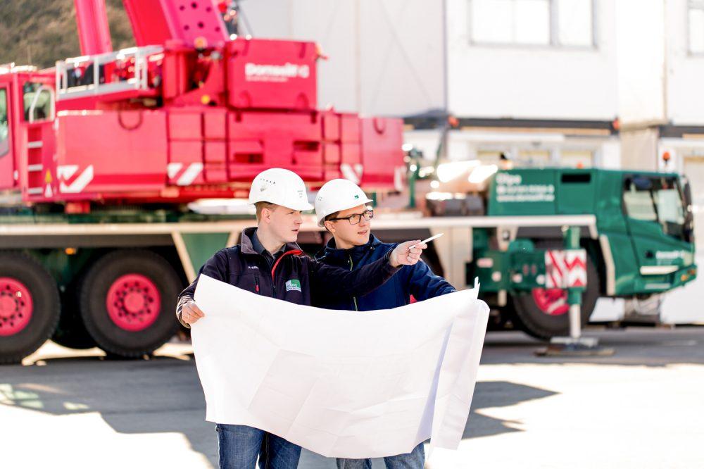 Industriefotografie zwei Bauleiter besprechen während der Verladung über einen Plan