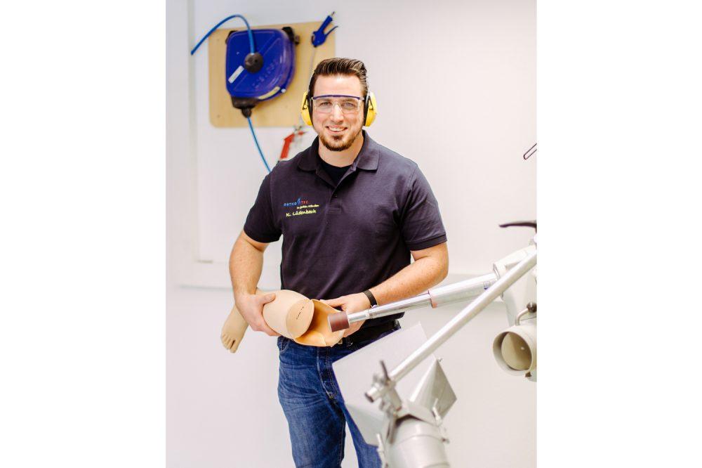 Ein Mitarbeiter passt eine Prothese an einer speziellen Gesundheitsmaschine an