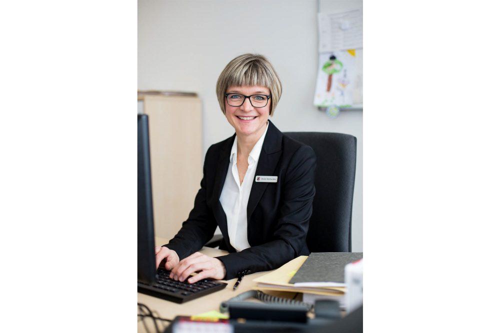 Eine Frau im Öffentlichen dienst am Schreibtisch